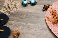 Configuration d'appartement d'été des articles réglés de plage - mer, pierres, collier et chapeau de Panama, sur le fond vacances photos libres de droits