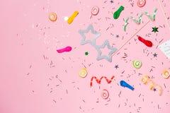 Configuration d'appartement de célébration Sucrerie avec les articles colorés de partie sur le Ba rose Images libres de droits