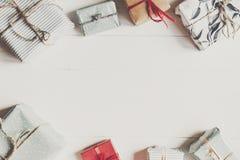 Configuration d'appartement de Noël boîtes actuelles enveloppées sur le backgr en bois blanc Photos stock