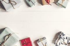 Configuration d'appartement de Noël boîtes actuelles enveloppées sur le backgr en bois blanc Photo stock