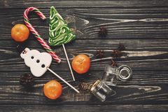 Configuration d'appartement de Noël cannes douces de lucettes de sucrerie sur en bois rustique Photos libres de droits