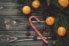 Configuration d'appartement de Noël cannes de lucettes de sucrerie sur le backg en bois rustique Image stock