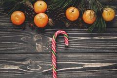 Configuration d'appartement de Noël cannes de lucettes de sucrerie sur le backg en bois rustique Images stock