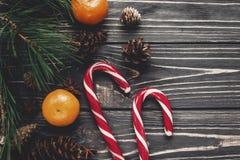 Configuration d'appartement de Noël cannes de lucettes de sucrerie sur le backg en bois rustique Photo libre de droits