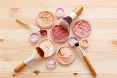 Configuration d'appartement de poudre et de brosses de maquillage image libre de droits