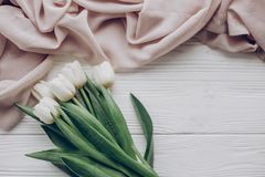 Configuration d'appartement de ressort d'Instagram tulipes blanches élégantes et f doux beige Photographie stock libre de droits
