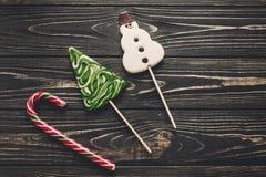 Configuration d'appartement de sucrerie de Noël canne de menthe poivrée et bonhomme de neige et Christ Photographie stock libre de droits