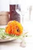 Configuration de fête de table avec des fleurs Photo stock
