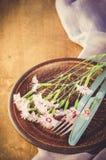 Configuration de fête de table avec des fleurs Image stock