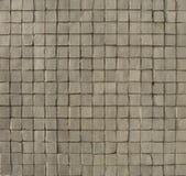 Configuration de mosaïque grise blanche sur un mur Photo stock