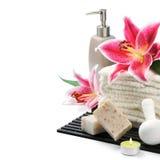 Configuration de station thermale avec les essuie-main, le savon organique et le lis Images stock