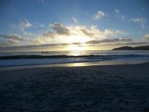 Configuration de Sun au-dessus de plage de Carmel Photo stock