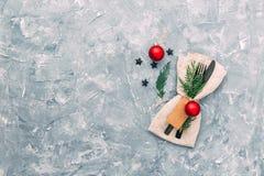 Configuration de table de Noël Serviette, fourchette et couteau avec des décorations photo stock