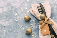 Configuration de table de Noël Serviette, fourchette et couteau avec des décorations photo libre de droits