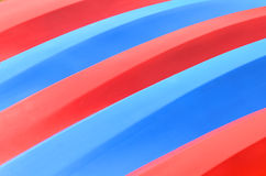 Configuration des kayaks rouges et bleus Photos stock