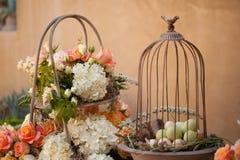 Configuration et fleurs de table de décor de mariage Images stock