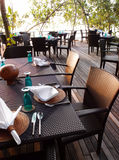 Configuration extérieure de table de salle à manger et de couverts de bord de la mer Photographie stock libre de droits