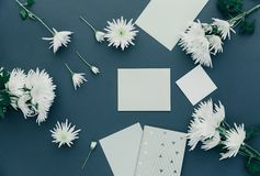 Configuration féminine d'appartement d'espace de travail Fleur et cartes sur la table Fond de maquette avec des fleurs de ressort Photographie stock