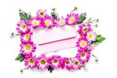Configuration florale Enveloppe dans le cadre des fleurs roses sur la vue supérieure de fond blanc Photo libre de droits