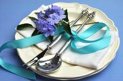 Configuration formelle de table de dîner de thème bleu. Image libre de droits