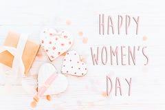 Configuration heureuse d'appartement de signe des textes de jour du ` s de femmes 8 mars coeurs et p roses Photographie stock libre de droits