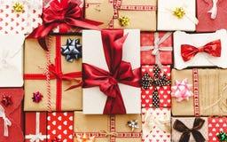 Configuration plate avec des boîte-cadeau, rubans, décorations dans des couleurs rouges Images stock