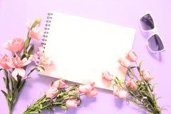 Configuration plate avec des roses et des lunettes de soleil sur le fond rose Romantique rougissent le bouquet rose de fleur Photographie stock libre de droits