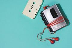 configuration plate avec la rétro cassette sonore, le lecteur de cassettes et les écouteurs photos libres de droits