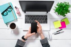 Configuration plate, bureau de table de bureau de vue supérieure Espace de travail avec des mains du ` s de fille, ordinateur por Image libre de droits