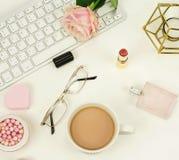 Configuration plate, bureau féminin de vue supérieure, espace de travail Photographie stock