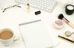 Configuration plate, bureau féminin de vue supérieure, espace de travail Photo stock
