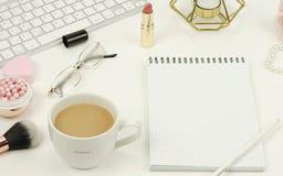 Configuration plate, bureau féminin de vue supérieure, espace de travail Image stock