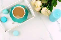 Configuration plate, bureau féminin de vue supérieure espace de travail avec la tasse de cacao, sur un plateau de vintage, des ma Image libre de droits