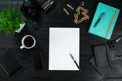 Configuration plate, cadre de bureau de table de bureau de vue supérieure Espace de travail avec la bonne feuille de papier, de j Photo libre de droits
