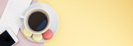 Configuration plate créative avec la tasse et les macarons de café Photo libre de droits