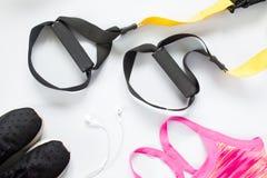 Configuration plate d'écouteur, d'espadrilles et d'équipement de sport sur le blanc Photo libre de droits