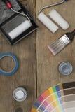 Configuration plate d'équipement de peinture sur le fond en bois avec l'espace de copie Photo libre de droits