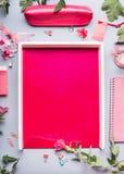 Configuration plate d'espace de travail féminin de siège social de mode dans la couleur rouge, cadre Image stock