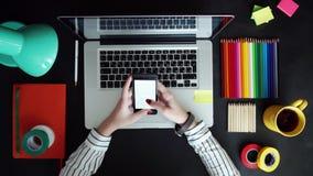 Configuration plate d'ordinateur portable, comprimé, téléphone sur la table en bois Fond pour l'usage quelque chose banque de vidéos