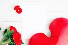 Configuration plate de bague de fiançailles dans la boîte rouge avec les roses rouges et de coeur sur le livre blanc vide, le jou Photo libre de droits