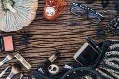 Configuration plate de beauté de mode cosmétique féminine d'accessoires sur le grunge image libre de droits