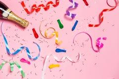 Configuration plate de célébration Bouteille de Champagne avec le St coloré de partie Photos stock