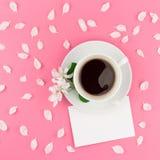 Configuration plate de café, de maquette de lettre et de pétales blancs photo libre de droits