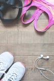 Configuration plate de carnet vide, soutien-gorge rose de sport de couleur, equipmen de sport Photographie stock libre de droits