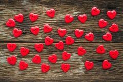 Configuration plate de coeur de valentines de boutons rouges sur vieil en bois, au-dessus de vi Photo stock