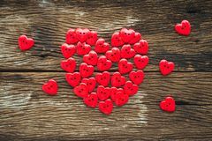 Configuration plate de coeur de valentines de boutons rouges sur vieil en bois, au-dessus de vi Photographie stock