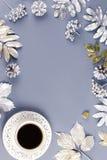 Configuration plate de concept d'hiver avec la boisson de café et les feuilles argentées, l'espace de copie Photos libres de droits