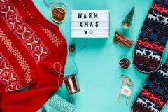 Configuration plate de concept de Noël de fond de Noël L'hiver chaud et confortable cadre a tricoté l'habillement, le caisson lum image libre de droits
