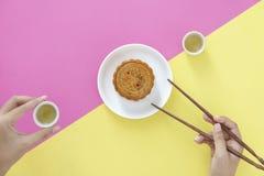 Configuration plate de dessert chinois de festival, de mi gâteau d'Autumn Festival Moon sur le fond coloré avec des thés et de ba images libres de droits
