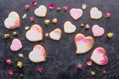 Configuration plate de jour de valentines de St avec les biscuits en forme de coeur vitrés Image libre de droits